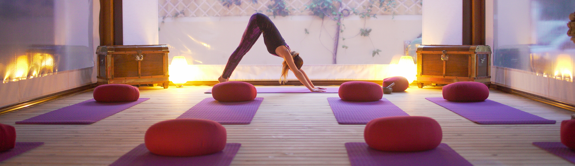 Villa Surya practica yoga y surf en Cádiz Retreat House, retiros